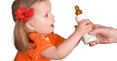 گرفتن شیشه شیر از کودک